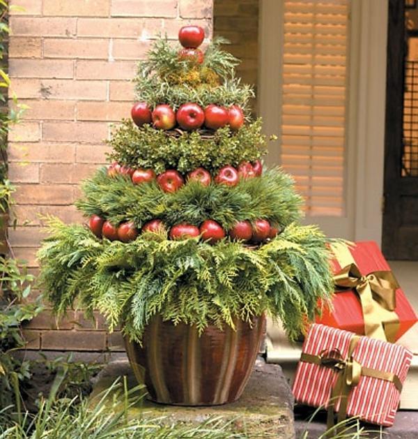 weihnachtsdeko-ideen-cooler-tannenbaum-draußen