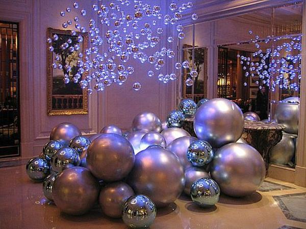 weihnachtsdeko-ideen-große-leuchtende-kugeln