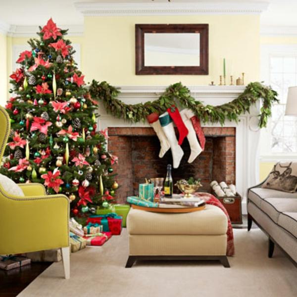 weihnachtsdeko-ideen-großer-tannenbaum-im-hellen-wohnzimmer