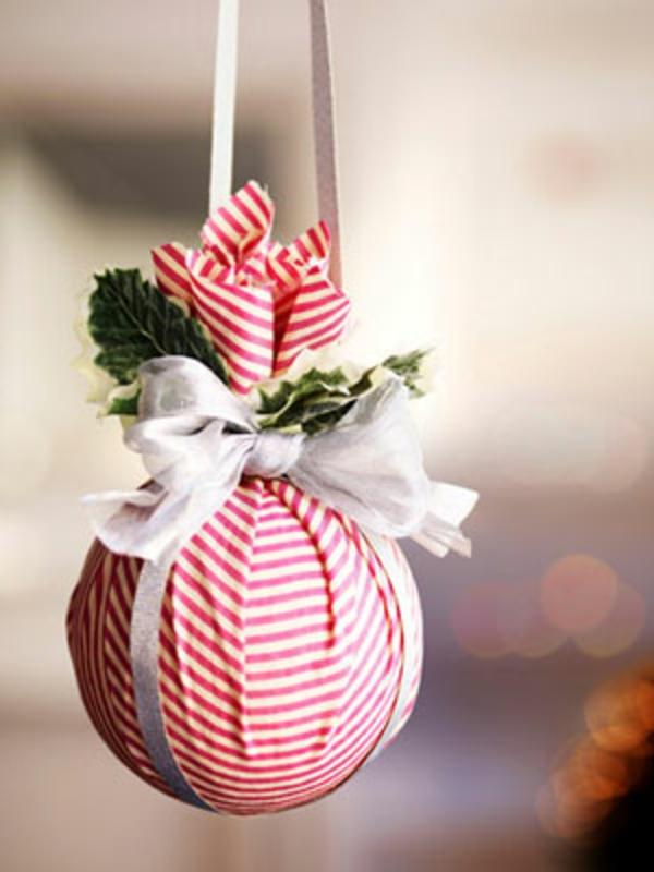 weihnachtsdeko-ideen-hängender-dekoartikel-in-pink