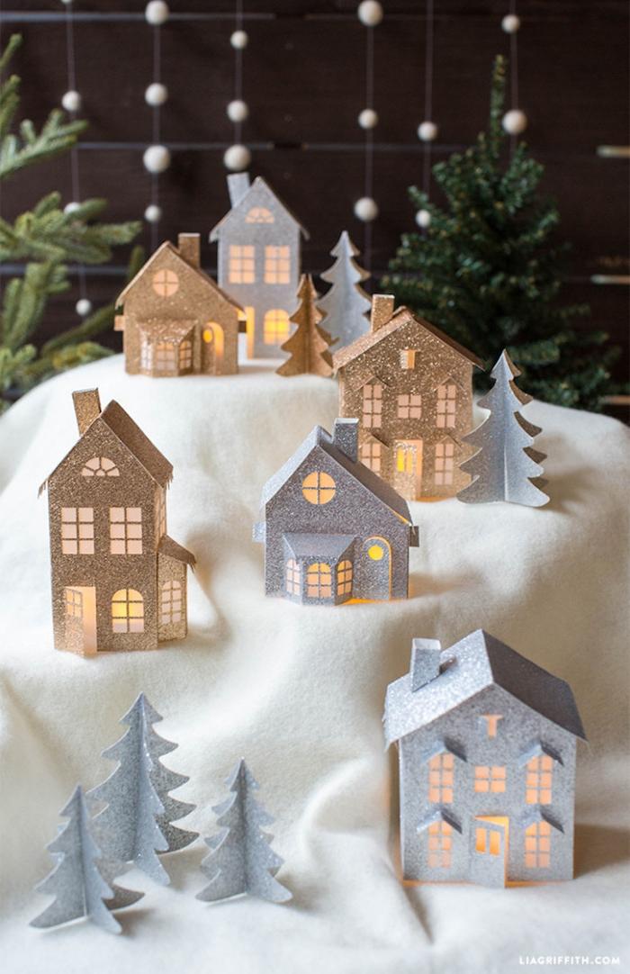 Kleine Häuschen aus Glitzerpapier, Licht durch die Fenster und die Türchen, Weihnachtsbäume aus Papier