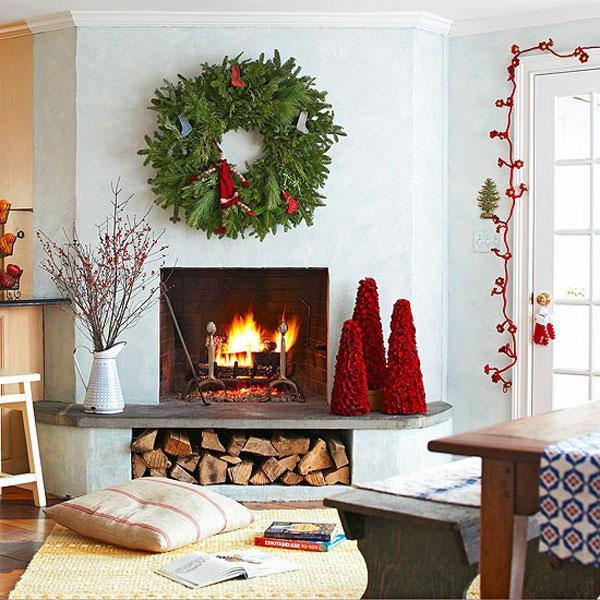 Üppiges Weihnachts Arrangement in Form einer Girlande für den Kaminsims