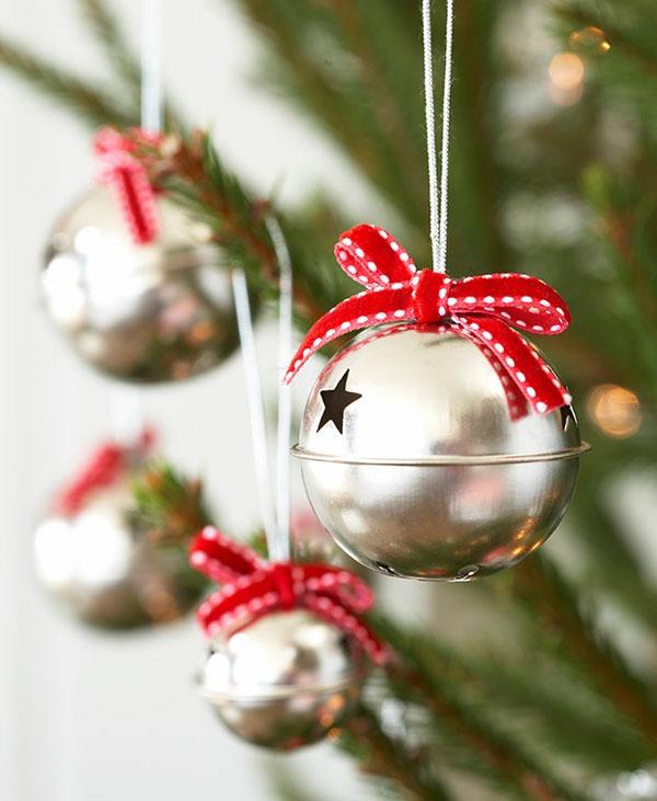 weihnachtsdeko-ideen-kugeln-mit-roten-schleifen