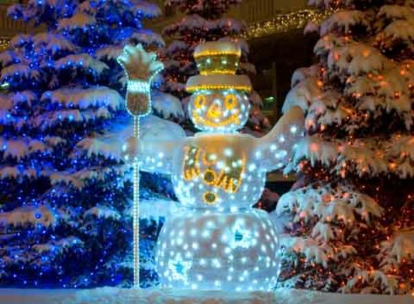 weihnachtsdeko-ideen-leuchtender-schneemann-draußen