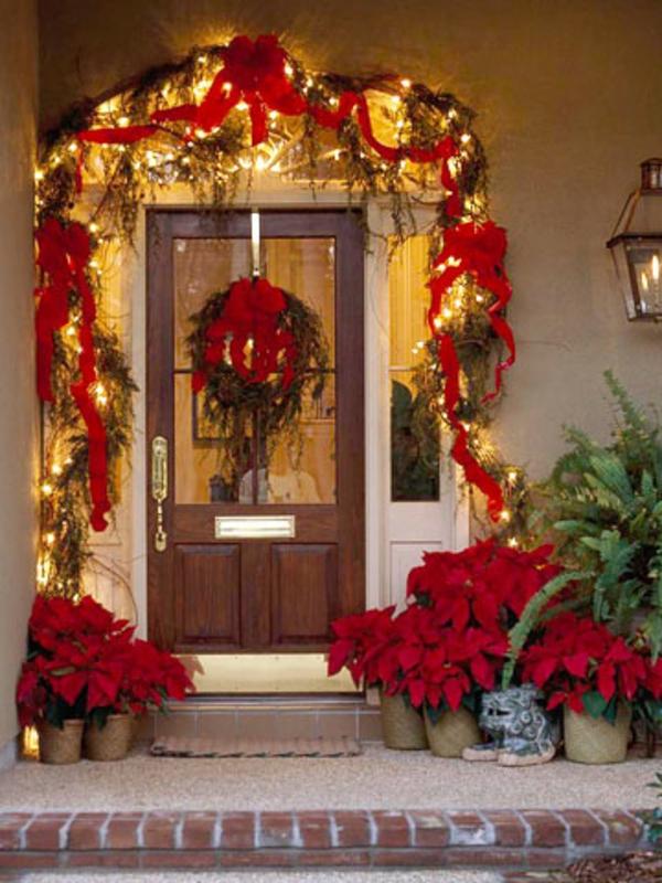 leuchten und rote schleifen über der tür - ideen für weihnachtsdeko