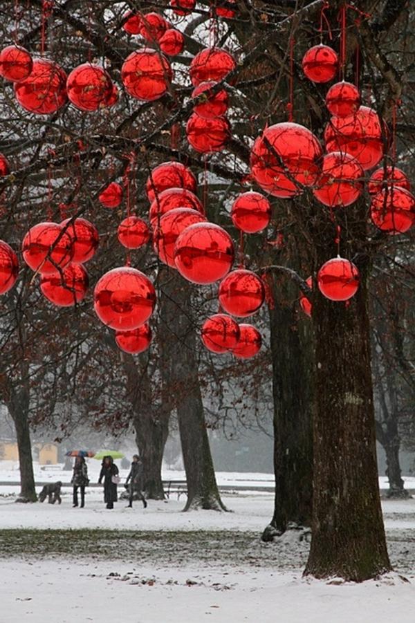 weihnachtsdeko-ideen-rote-hängende-kugeln-draußen