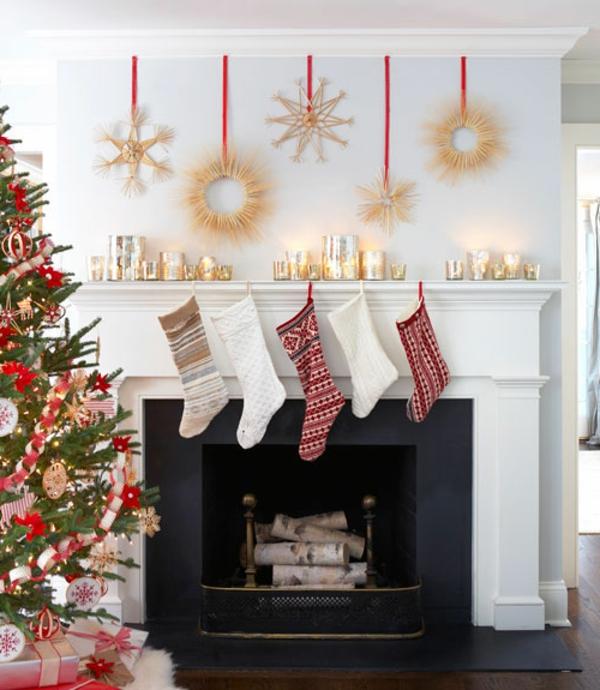 Krippen Idee zu Weihnachten für den Kaminsims mit Girlande und roten Akzenten
