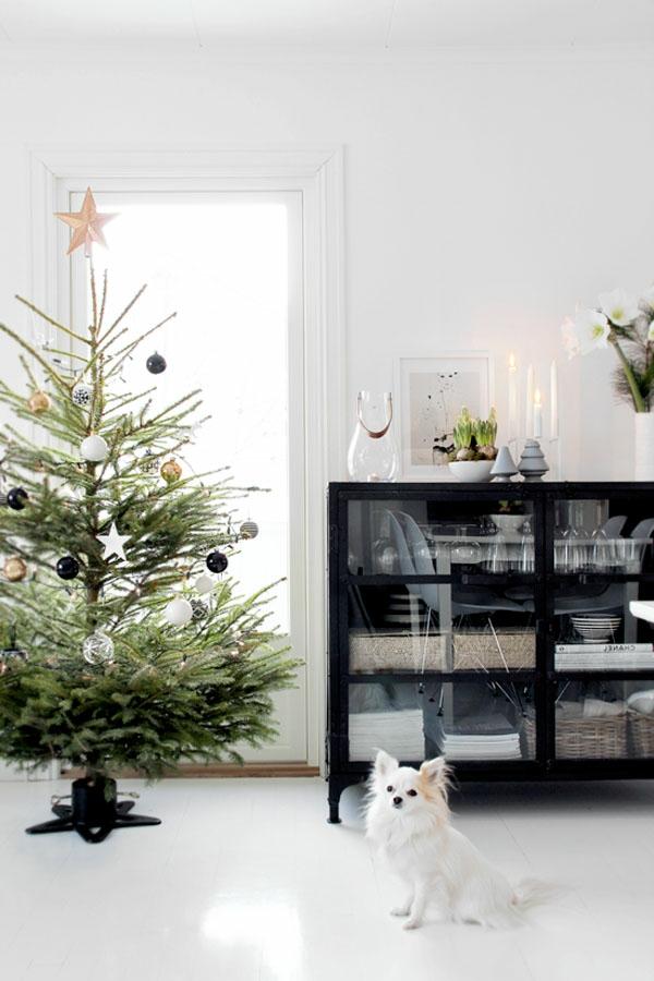 weihnachtsdeko-ideen-tannenbaum-neben-einem-schwarzen-schrank