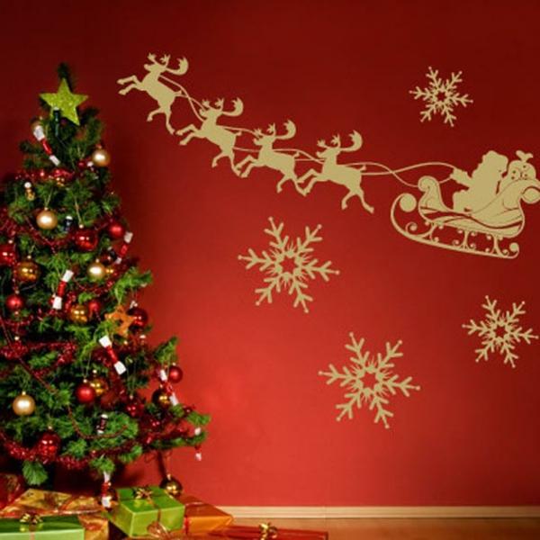 weihnachtsdeko-ideen-tannenbaum-und-rote-wand