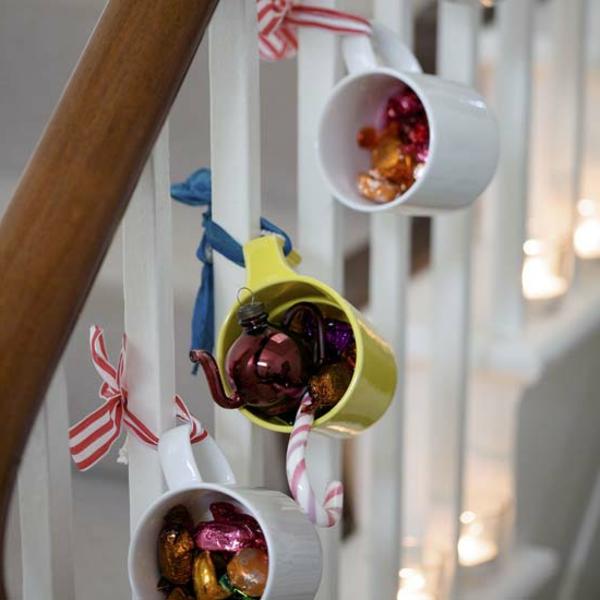 weihnachtsdeko-ideen-tassen-auf-die-treppen