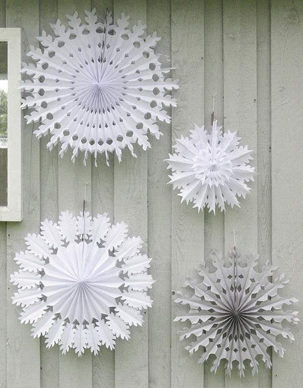 weihnachtsdeko-ideen-weiße-schneeflocken-aus-papier