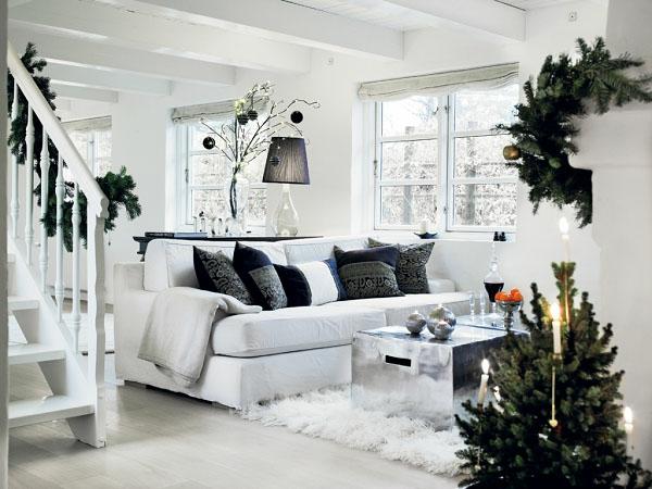 weihnachtsdeko-ideen-weißes-sofa-mit-schwarzen-dekokissen