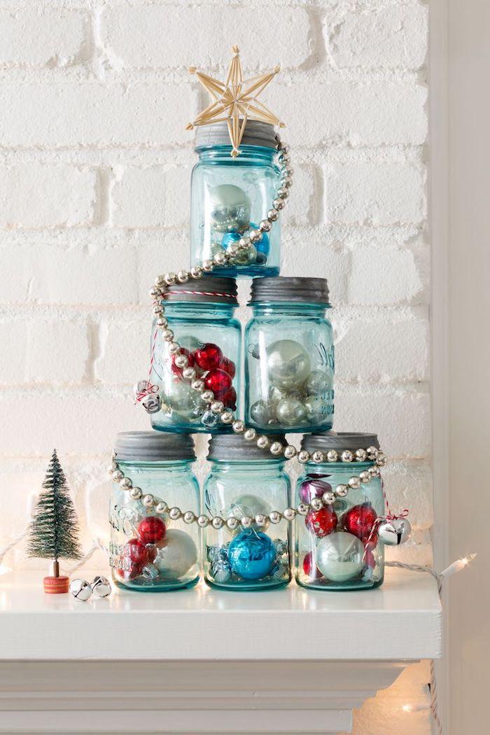 Weihnachtsbaum aus Einmachgläsern voll mit Christbaumkugeln, Stern auf der Spitze, silberne Girlande