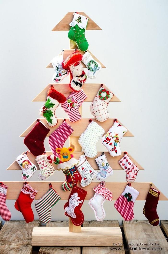 DIY Adventskalender Idee, 24 kleine Socken voll mit kleinen Geschenken, Ständer in Form von Weihnachtsbaum