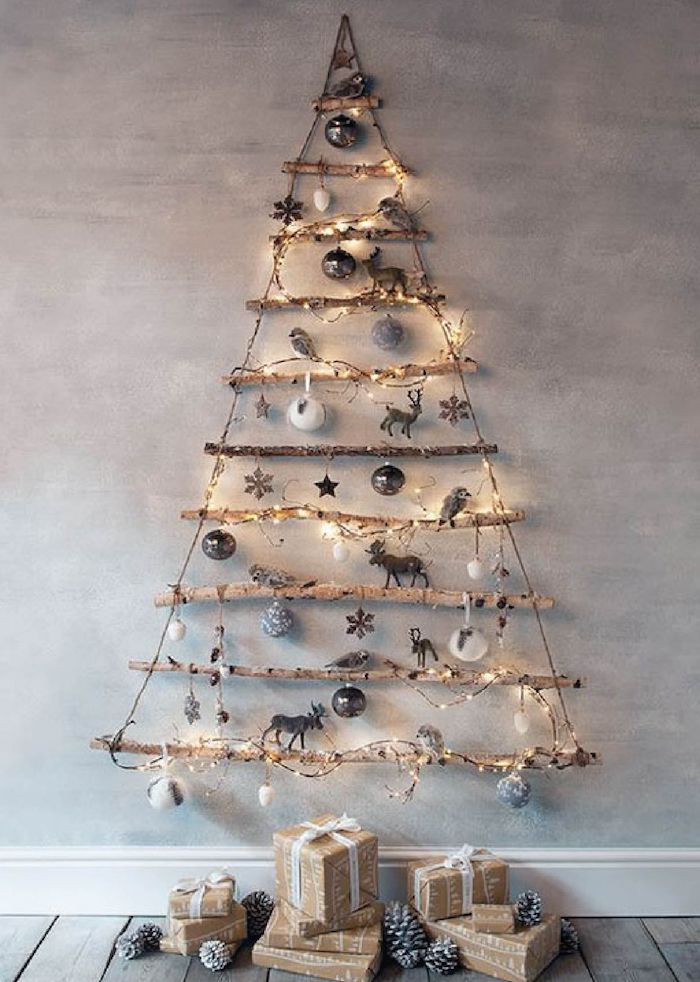 Alternative zum traditionellen Weihnachtsbaum, aus Holzstäbchen geschmückt mit Christbaumkugeln und Lichtern