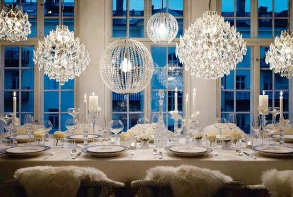weihnachtsdeko-ideen-wunderschöne-hängende-lampen-über-dem-tisch