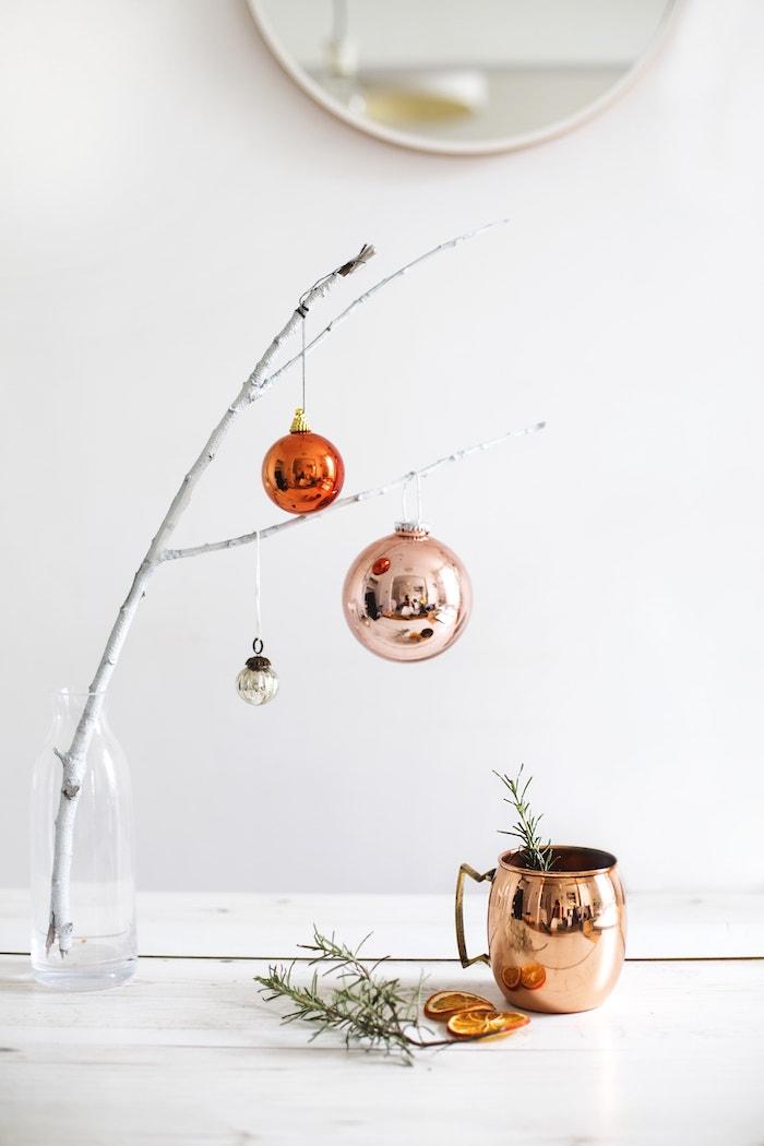 Kupfer Christbaumkugeln, Zweig in Glasflasche, getrocknete Orangenscheiben und Rosmarinzweige