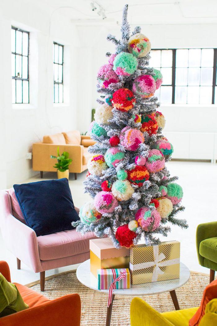 Weihnachtsbaum geschmückt mit großen Bommeln, gesprüht mit künstlichem Schnee