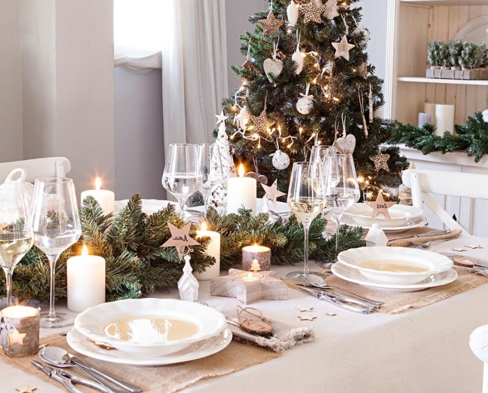weihanchtsdeko tisch, festliche partydekoration, großer chritbaum, kristallgläser