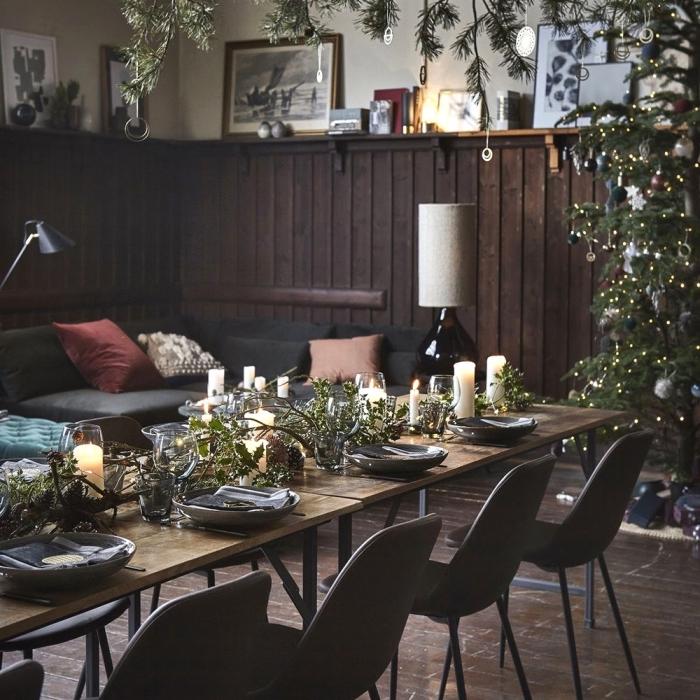 weihanchtsdeko tisch, festliche tischdekoration in rustikalem stil, schwarze stühle, weiße kerzen