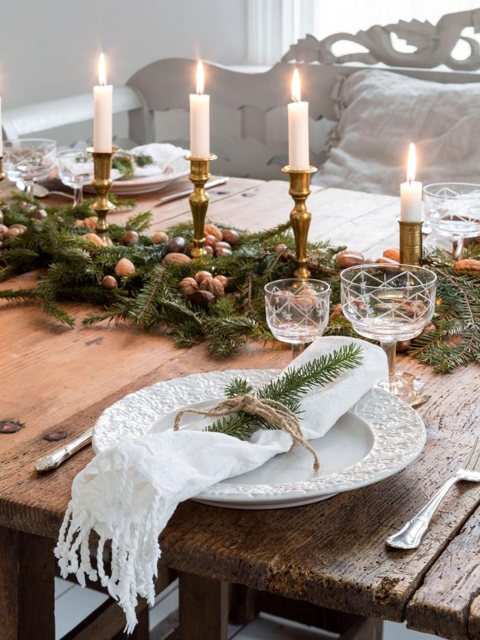weihnachtsdeko tisch ideen, weihnachtliche tischdekoration, weiße serviette, goldene kerzenständer