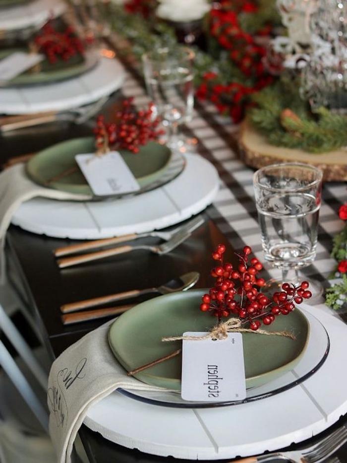 weihnachtsdeko tisch, rote beeren, grüne teller, servietten aus leinen, festliche esstischdeko