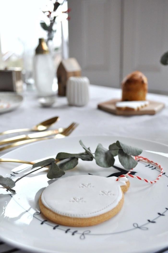 weihnachtsdeko tisch, rustikale esstischdeko, goldenes geschirr, weihnachtspläzchen weihanchtskugel