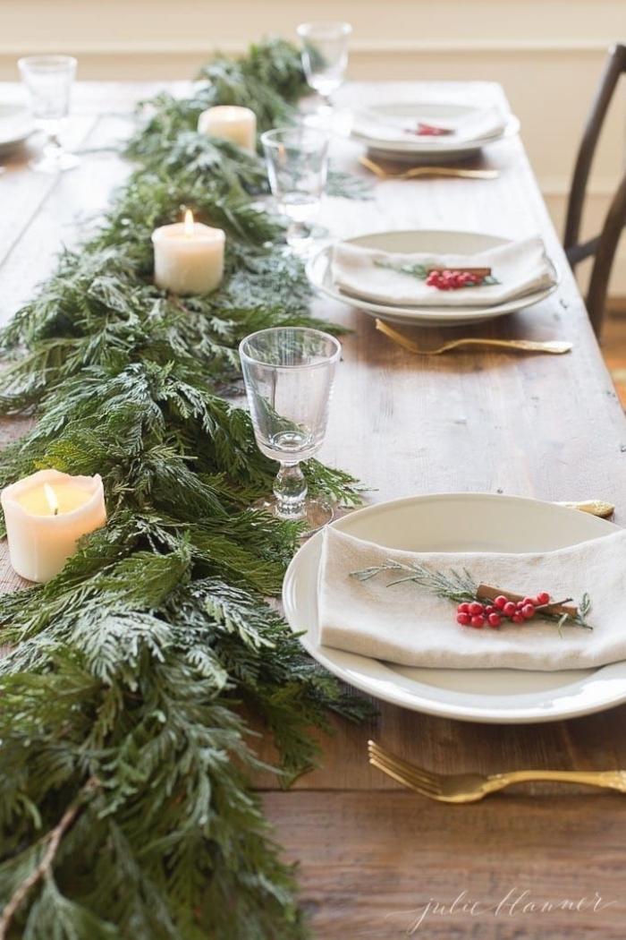 weihanchtsdeko tisch, tischläufer aus zweigen, weiße kerzen, tischdeko ideen zu weihnachten