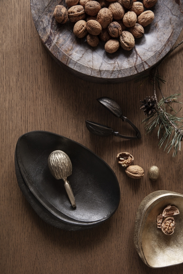 weihnachtsdeko tisch, teller in marmor optik, schwarze schale, metallene schüssel, walnüsse
