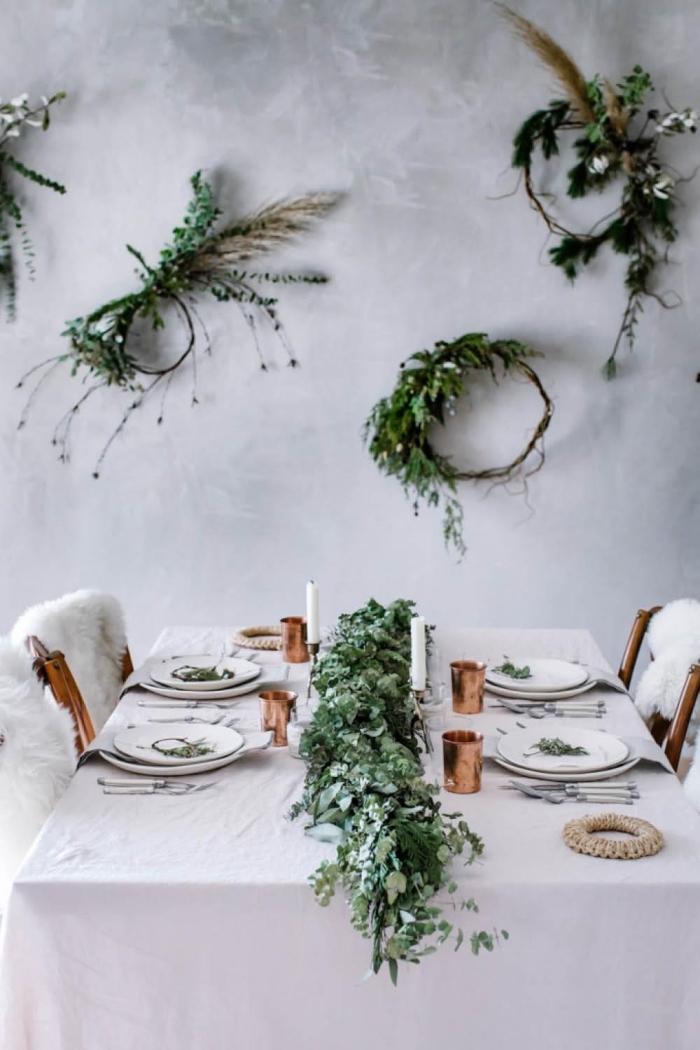 weihanchtsdeko tisch, weihnachtskränze als wanddeko, tischdeko aus grünen zweigen