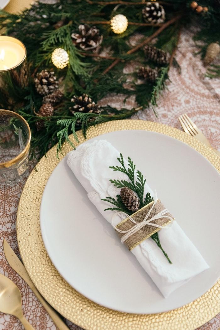weinachtsdeko tisch, weißer teller, servietten dekorieren, weihnachtliche serviettendeko