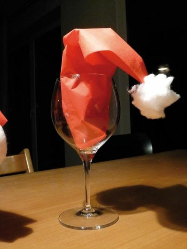 weihnachtsmütze-servietten-falten-weihnachten-dekoration