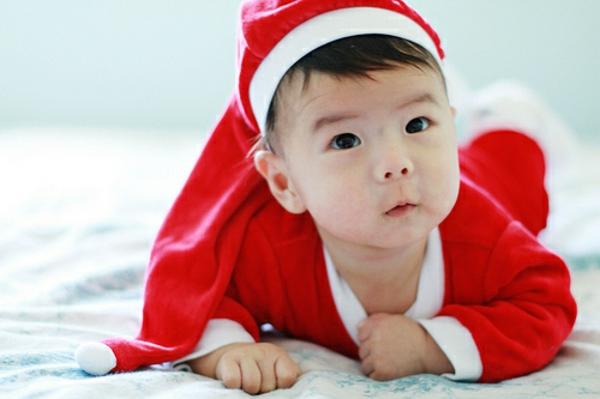 weihnachtsmann-kostüm-für-kinder-kleines-baby