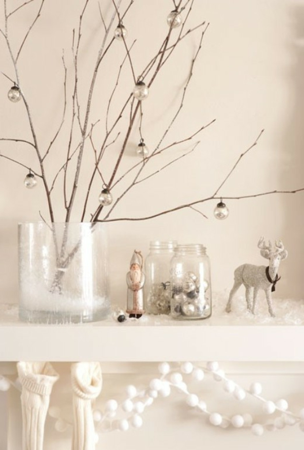 weiße weihnachtsdeko - kugeln hängen