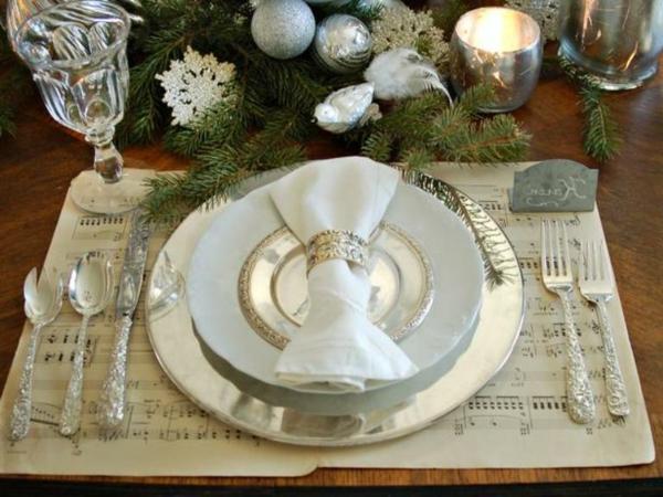weiße weihnachtsdeko - schicker teller und eine schöne weiße serviette darauf