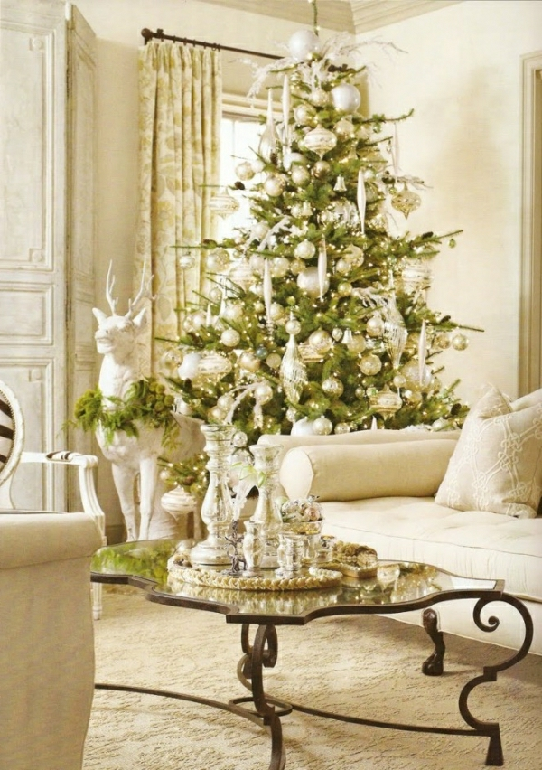 weiße weihnachtsdeko - im gemütlichen wohnzimmer mit einem sofa in weißer farbe
