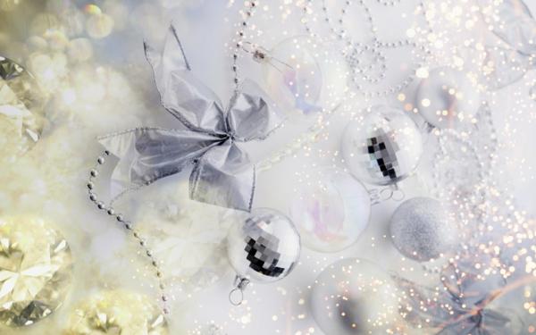weiße weihnachtsdeko - schleife und silberne kugeln