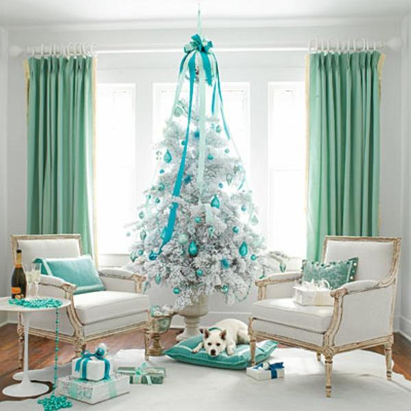 weiße weihnachtsdeko - blaue schleife auf dem weißen tannenbaum