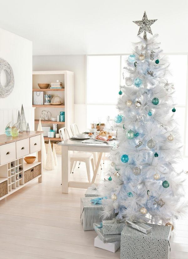 weiße weihnachtsdeko - silberner stern auf dem weißen tannenbaum