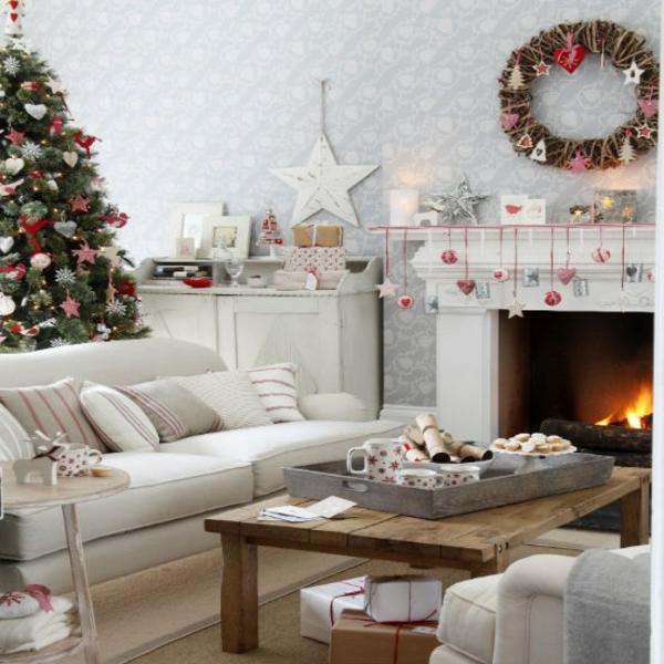 weiße weihnachtsdeko - im gemütlichen wohnzimmer mit einer weißen feuerstelle