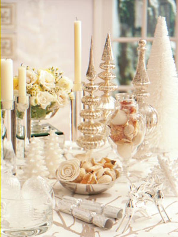 weiße weihnachtsdeko - kerzen neben rosen in weißer farbe