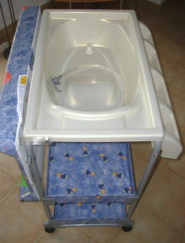 wickeltisch-mit-badewanne-foto-von-oben-genommen