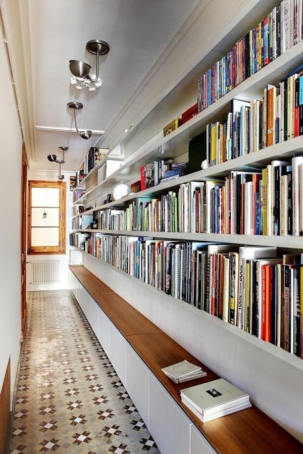 wunderbare-Idee-für-den-Flur-Bücherregale-und-Sitzbank-aus-Holz