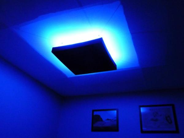 wunderschöne-blaue-led-deckenlampe