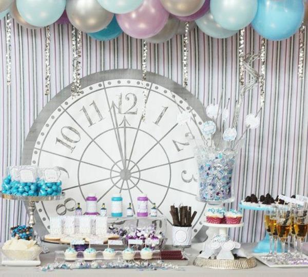 wunderschöne-effektvolle-Silvester-Tischdeko-blaue-Ballons