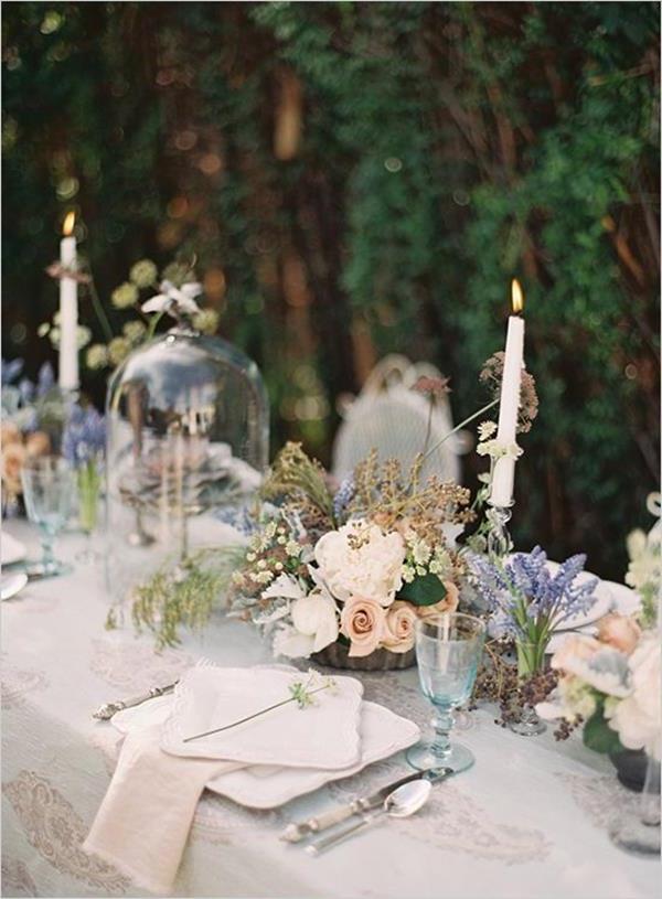 wunderschöne-elegante-Hochzeitsdeko-mit-Blumen-und-Kerzen