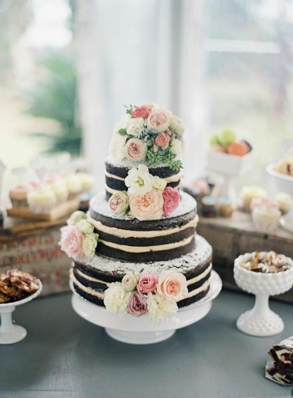 wunderschöne-elegante-Hochzeitsdeko-mit-dekorierter-Torte