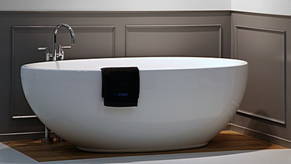 wunderschöne-form-von-einer-exotischen-badewanne-mit-schürze