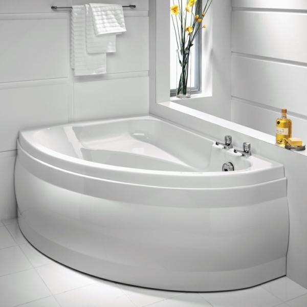eckbadewanne in weiß - im schön dekorierten badezimmer