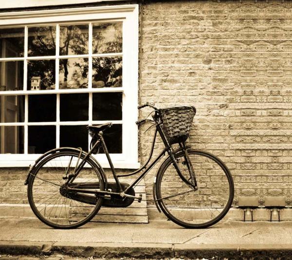 wunderschöne-retro-fahrräder - ein modell vor einer ziegelwand